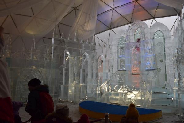 Oltár a ľadové sochy na Hrebienku, čakanie
