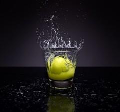 Čistá voda s citrónom