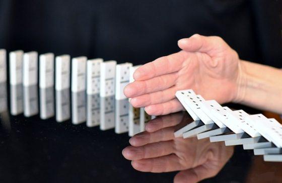 Použitie a zastavenie, domino, pád