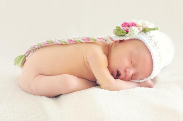 Dieťatko schúlené v klbku, bábätko