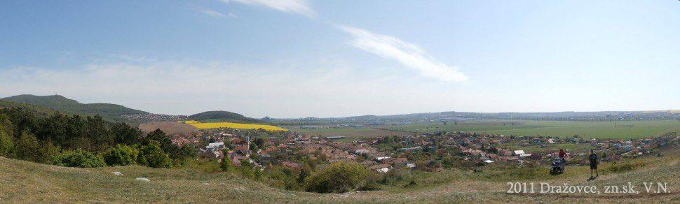Dražkovce a výhľad na dolinu pod kostolíkom