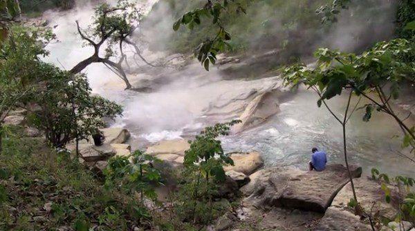 Vriaca voda v rieke v Peru