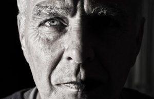 Mužská tvár a viditeľné oko