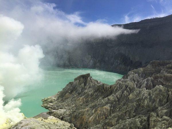 Sopka a kyslé jazero