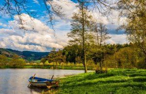 september a krásna príroda pri vode s člnom