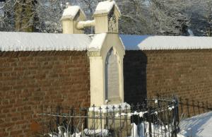 Hrob manželov spája ruka cez múr