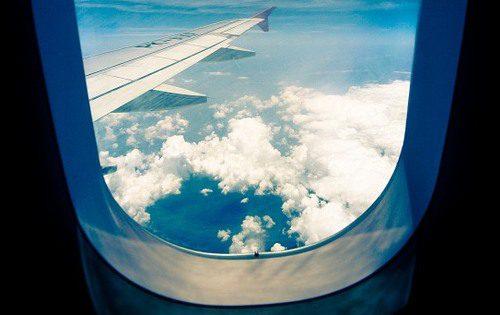 lietadlo a okno, kde je dierka