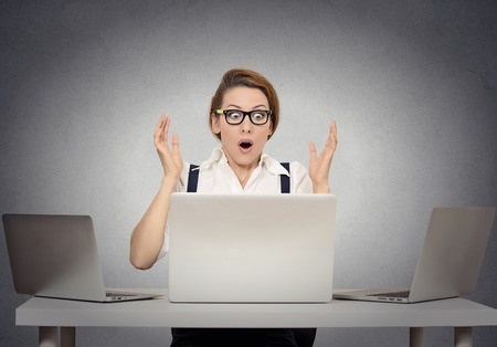 Vystrašená hrozby podvodníci internet