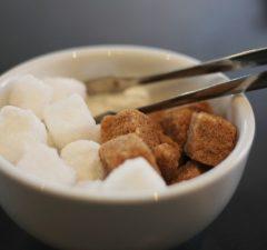 Biely a trstinový cukor