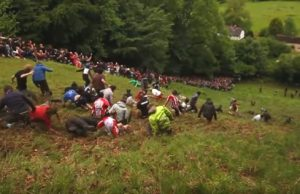 Gloucestershire a vrhanie sa za syrom z kopca