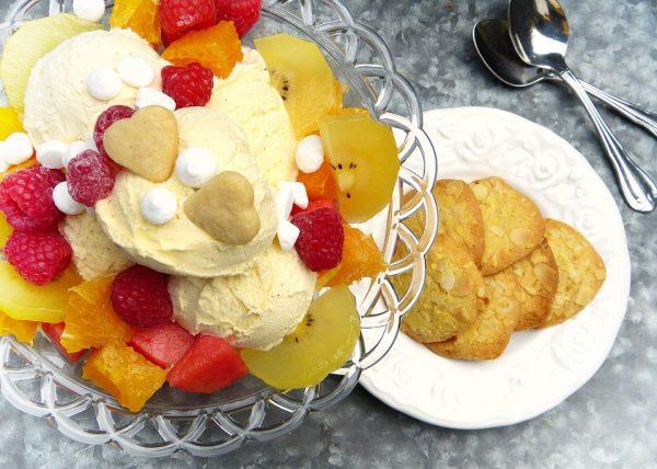 Zmrzlina servírovanie s keksom a ovocím