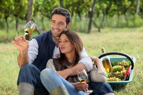Víno a šťastný párik si užíva pohodu