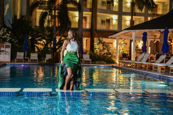 Ostrov Barbados a žena v bazéne