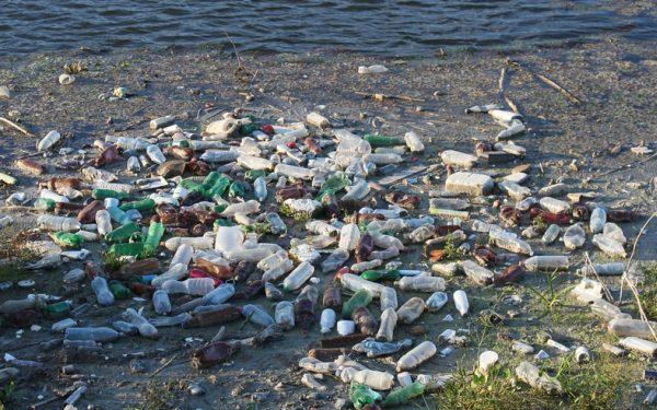 Plastové fľaše a plasty na pláži