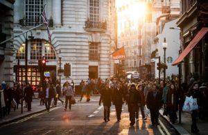 Ľudia dav a spoločnosť v meste