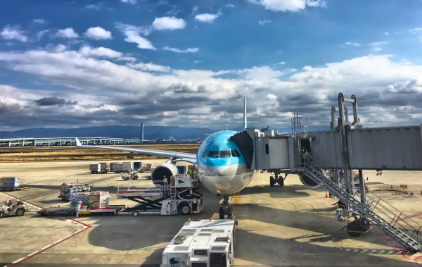 Letecká doprava a náklad na letisku