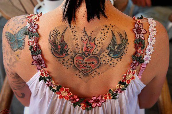 Tetovanie na chrbte, žena kombinácia so šatami