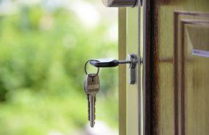 Kľúče vo dverách, domov