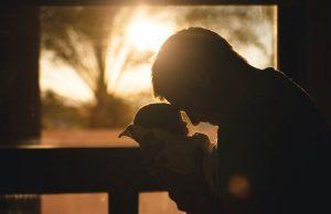 Otec drží dieťa, babyborn