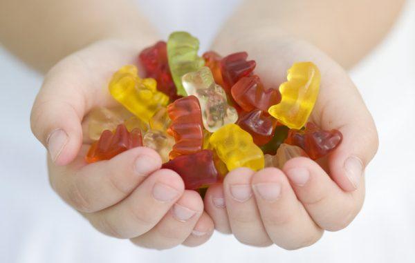 Haribo cukríky na rukách
