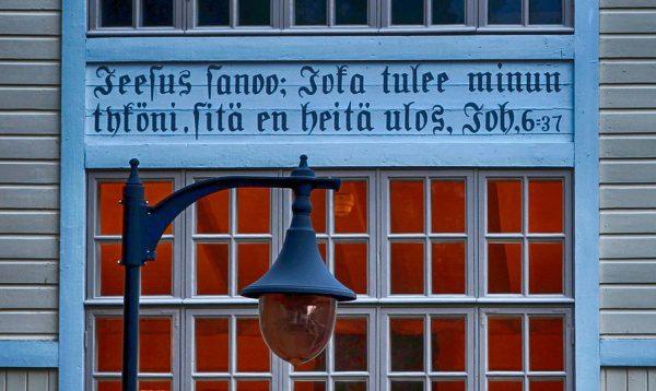 fínsky text na budove
