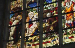 vitrážne okno v kostole