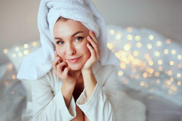 Pleť, žena v kúpeľni, uterák na vlasoch