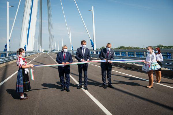 most monoštor, Maďarsko Komárom a slovensko Komárno