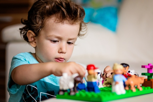 Dieťa hračky a lego