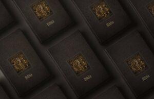 Biblia s fotografiami oltára Majstra Pavla z Levoče