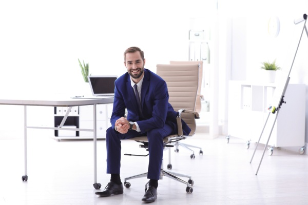 Biznisman a sedenie na stoličke