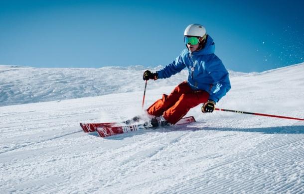 ilusračná snímka lyžovanie a lyžiar na svahu