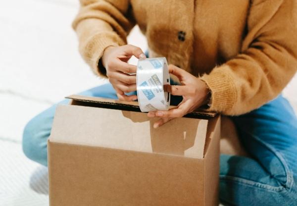 Balíček a doručenie kuriérom, pošta a kuriér