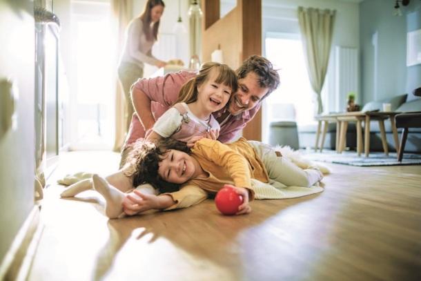 Šťastná rodina, doma, na zemi, čisto