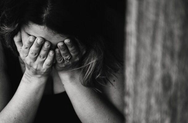 Smútok a nešťastie, žena má ruky a plače