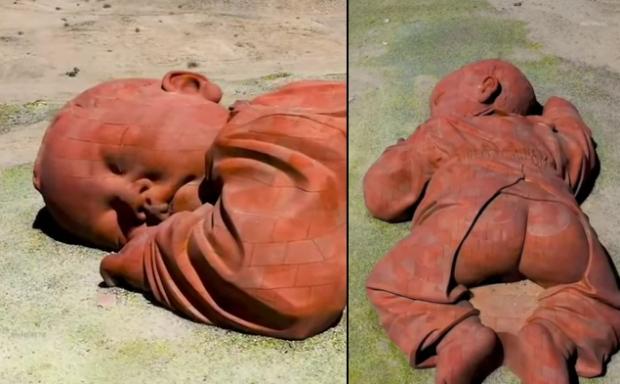Sochaspiaceho dieťaťa v púšti