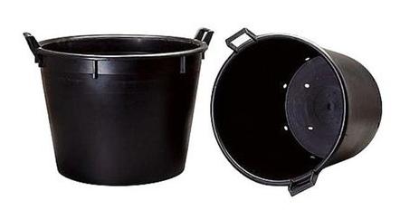 perforovaná nádoba, čiže veľký kýbel s dierami, nádoba na pestovanie paliem a stromov